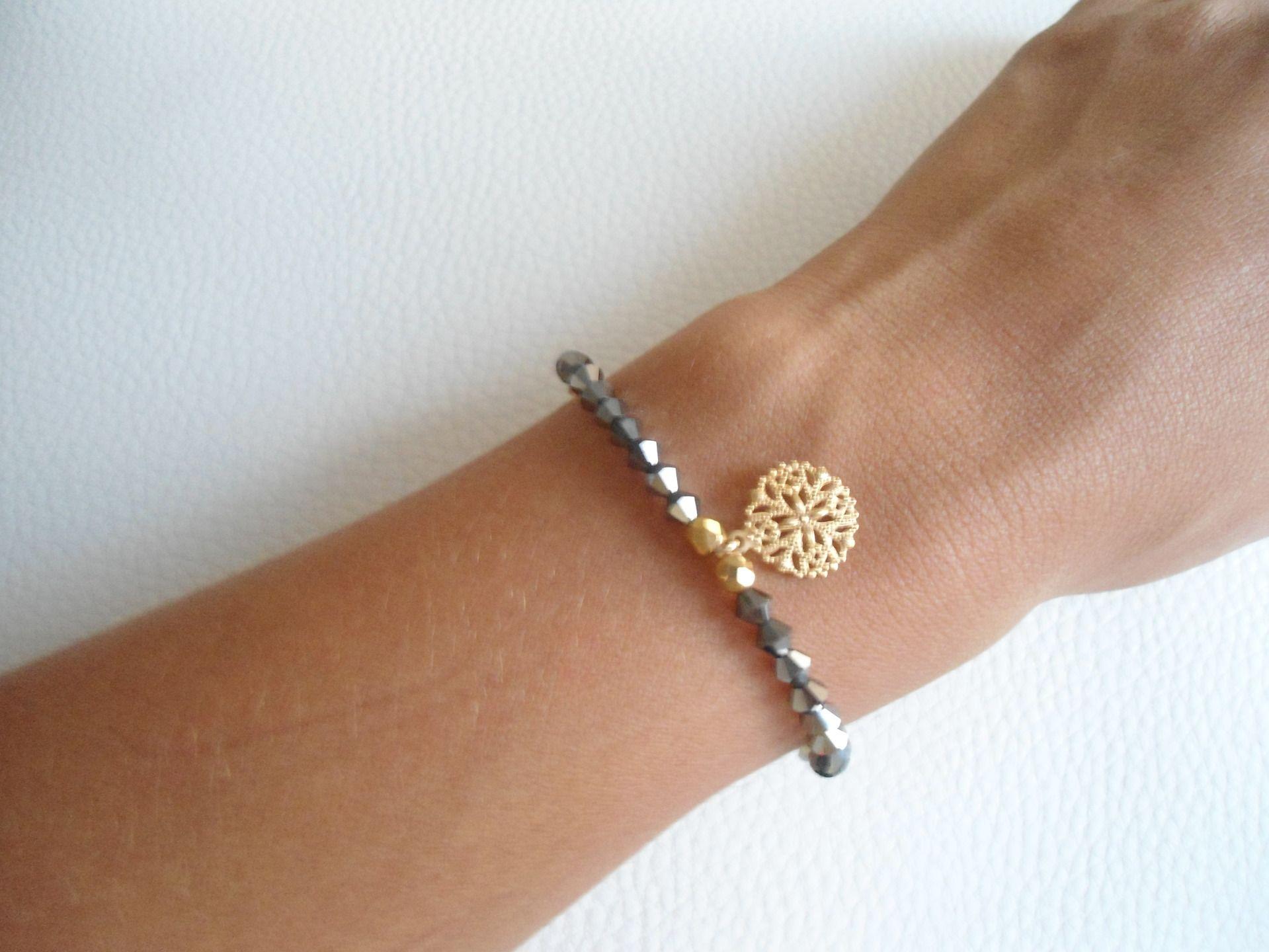 bracelet perles dor es plaqu or et perles noir sur fil lastique avec breloque en m tal. Black Bedroom Furniture Sets. Home Design Ideas