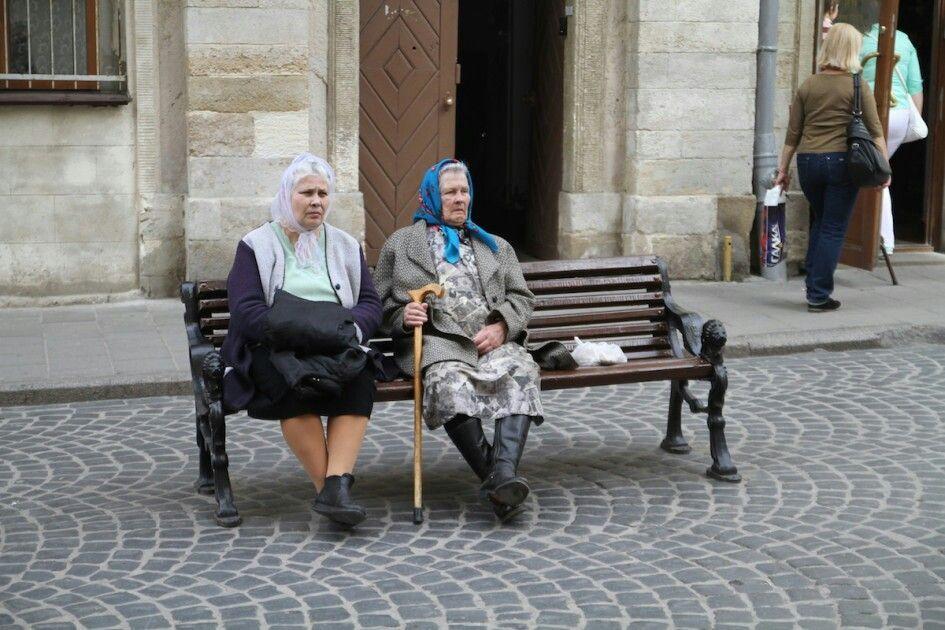 Twee oudere dames op een bankje