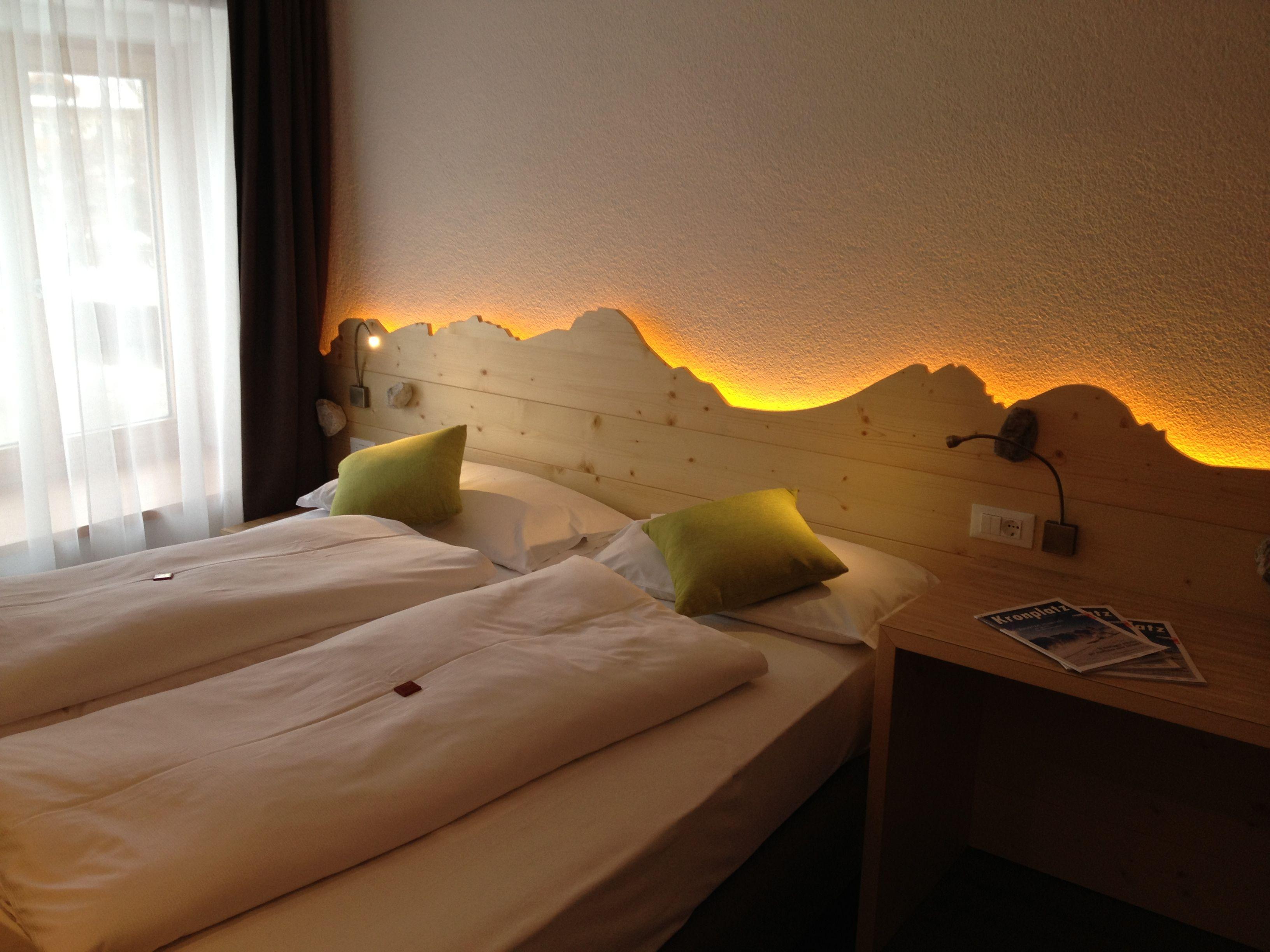 Als Zusatzliches Stilelement Im Zimmer Dient Die Indirekte Beleuchtung Hinter Dem Betthaupt Wohnen Indirekte Beleuchtung Raumgestaltung