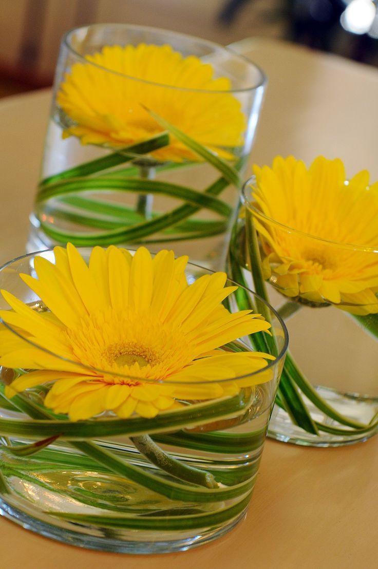 Blumenarrangement-Vignette mit 3 Vasen aus gelben Gerbera-Gänseblümchen und verschlungenem Gras #vaseideen