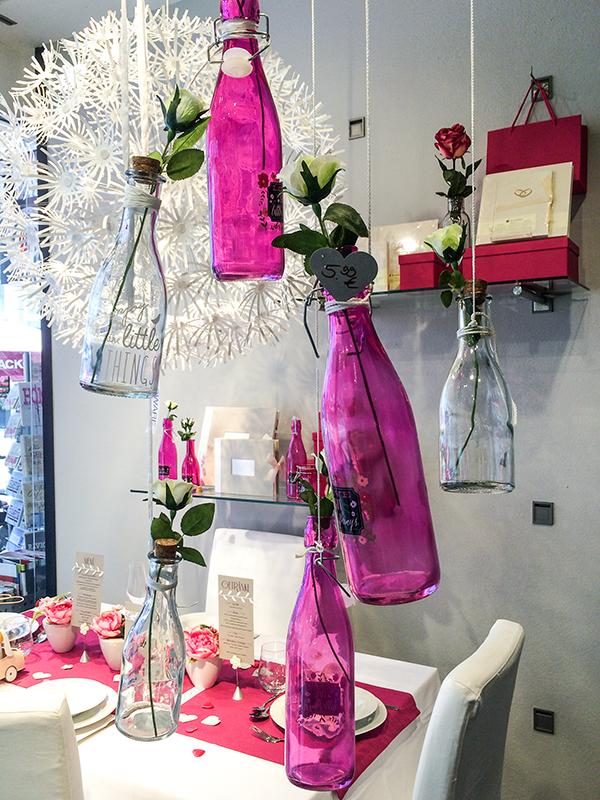 JUST MARRIED - Hochzeitsfenster mit Tischdeko und Geschenkideen. #hochzeit #geschenkideen #festefeiern