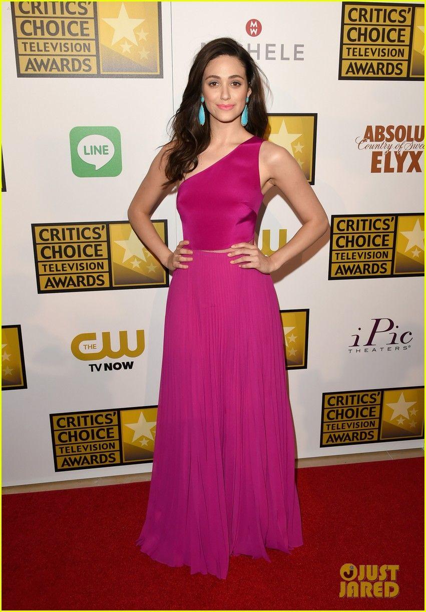 Emmy Rossum con unos preciosos aretes colgantes color turquesa ...
