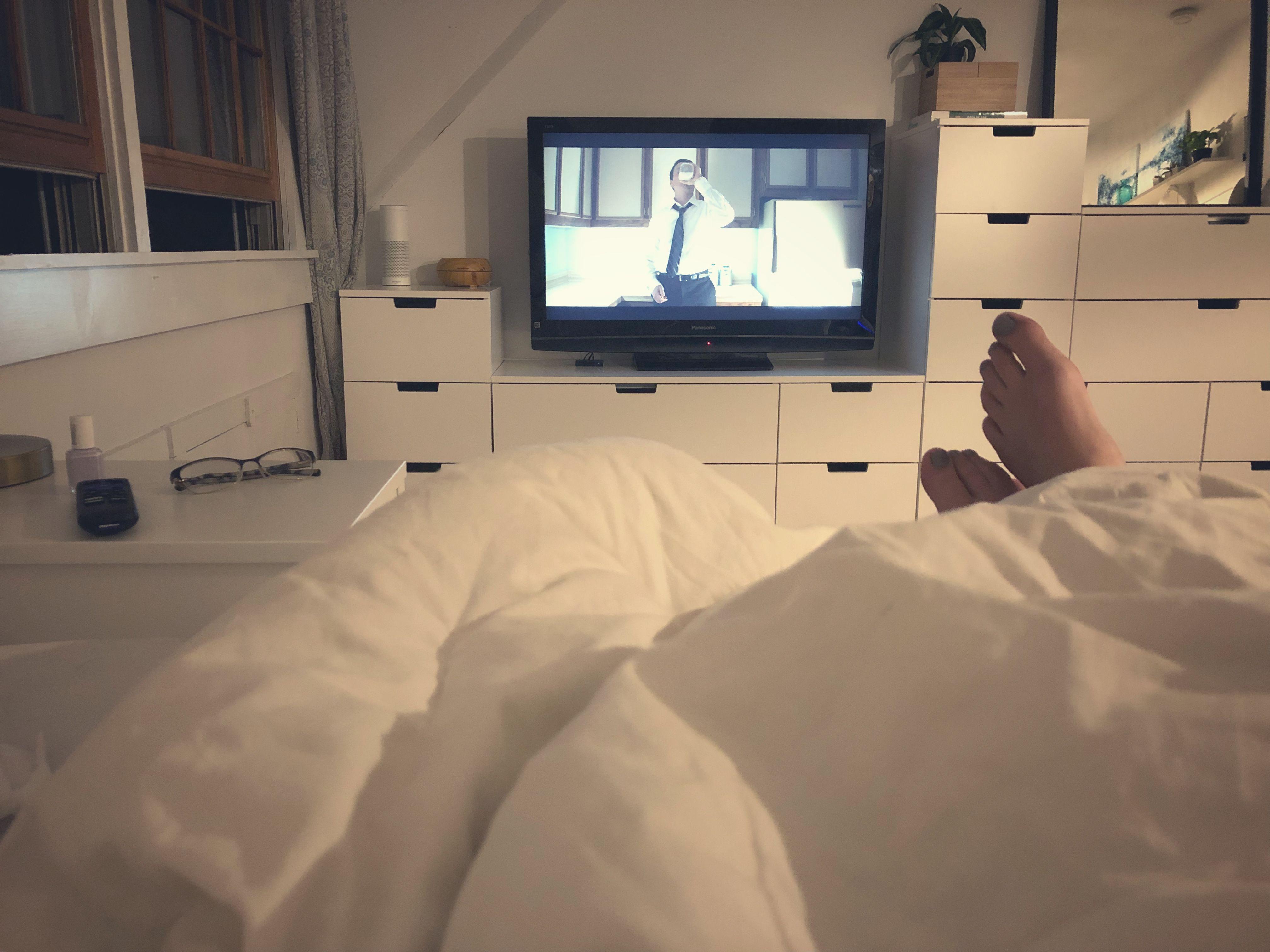 Ikea Nordli Schlafzimmer Hack Diy Weiss Kommode Tv Pflanzen Gemutliches Bett Nachttisch Bedroom Hacks Diy Stylish Bedroom Design Bedroom Hacks