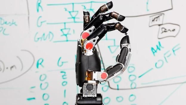 Un hombre con mano robótica recobra el sentido del tacto  f3a7ddbdfa9d