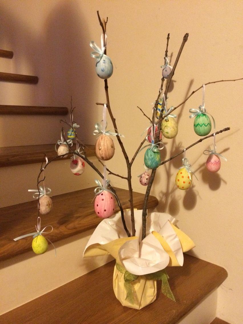 Albero di pasqua con uova decorate a mano e rami secchi raccolti nel bosco easter lavori con - Uova di pasqua decorati a mano ...