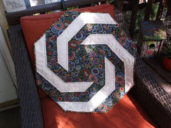 Achteckige Spirale Tisch Topper Gesteppt Floral Achteck Quilt