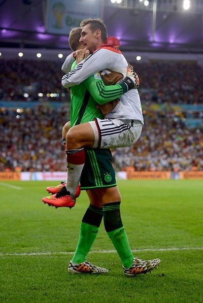 Manuel Neuer Miroslav Klose Celebrating After Germany Finally Scored A Goal In That Long Painfully Germany Football Team Sports Celebrities Germany Football