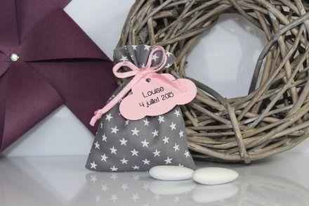 Petit  pochon dragées pour vos événements: mariage, baptême, communion... Tissu batiste gris (foncé) avec des étoiles blanches. Tissu de qualité de marque France Duval Stal - 17465062