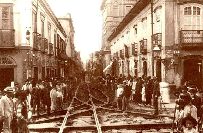 Colocação de trilhos de bonde na Rua Direita com Rua São Bento em 1900.