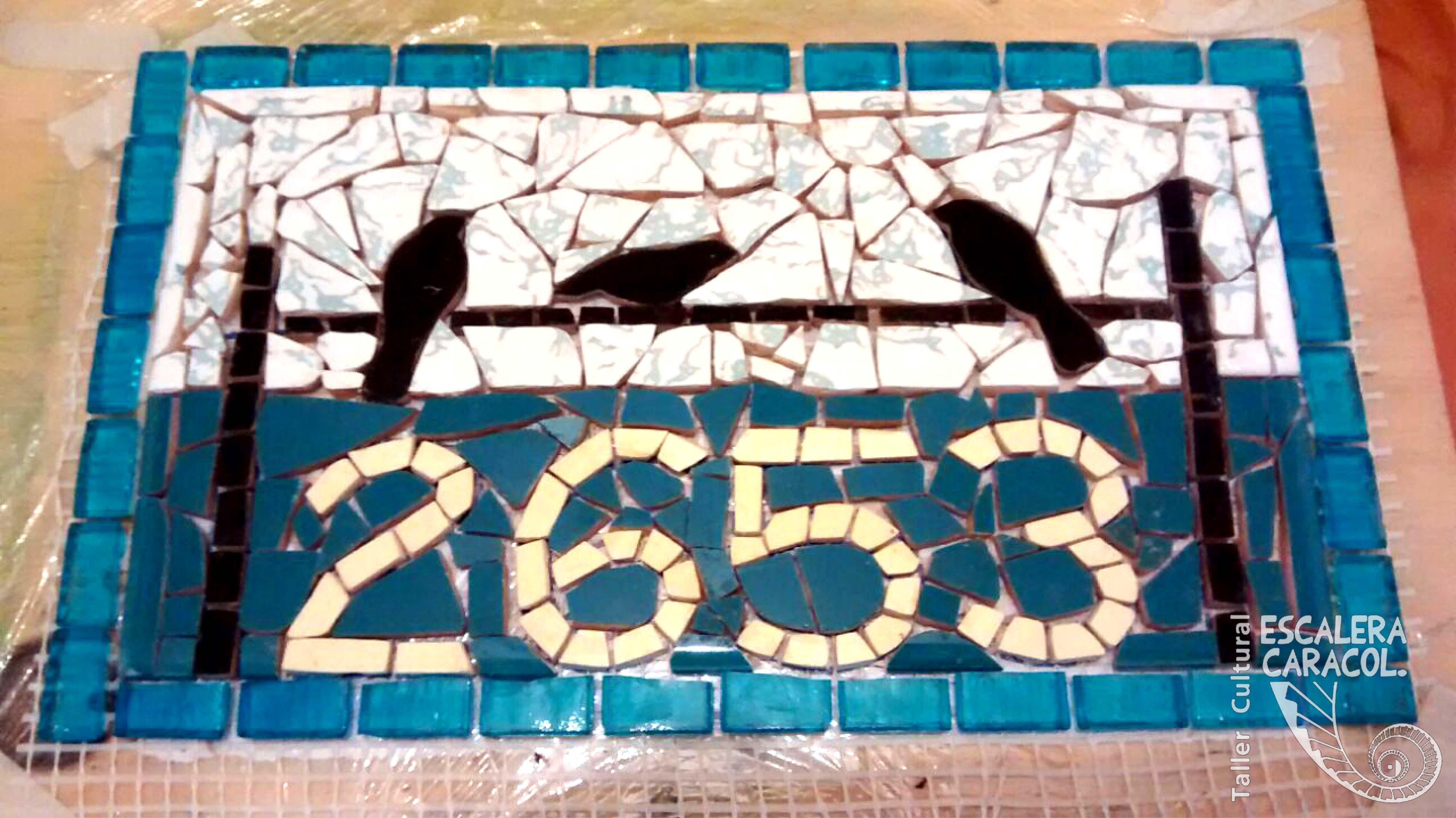 Numeración de calle realizada por Patricio Fuster http://tallerescaleracaracol.com/artes-del-fuego/mosaico/mosaico-libre-para-principiantes/