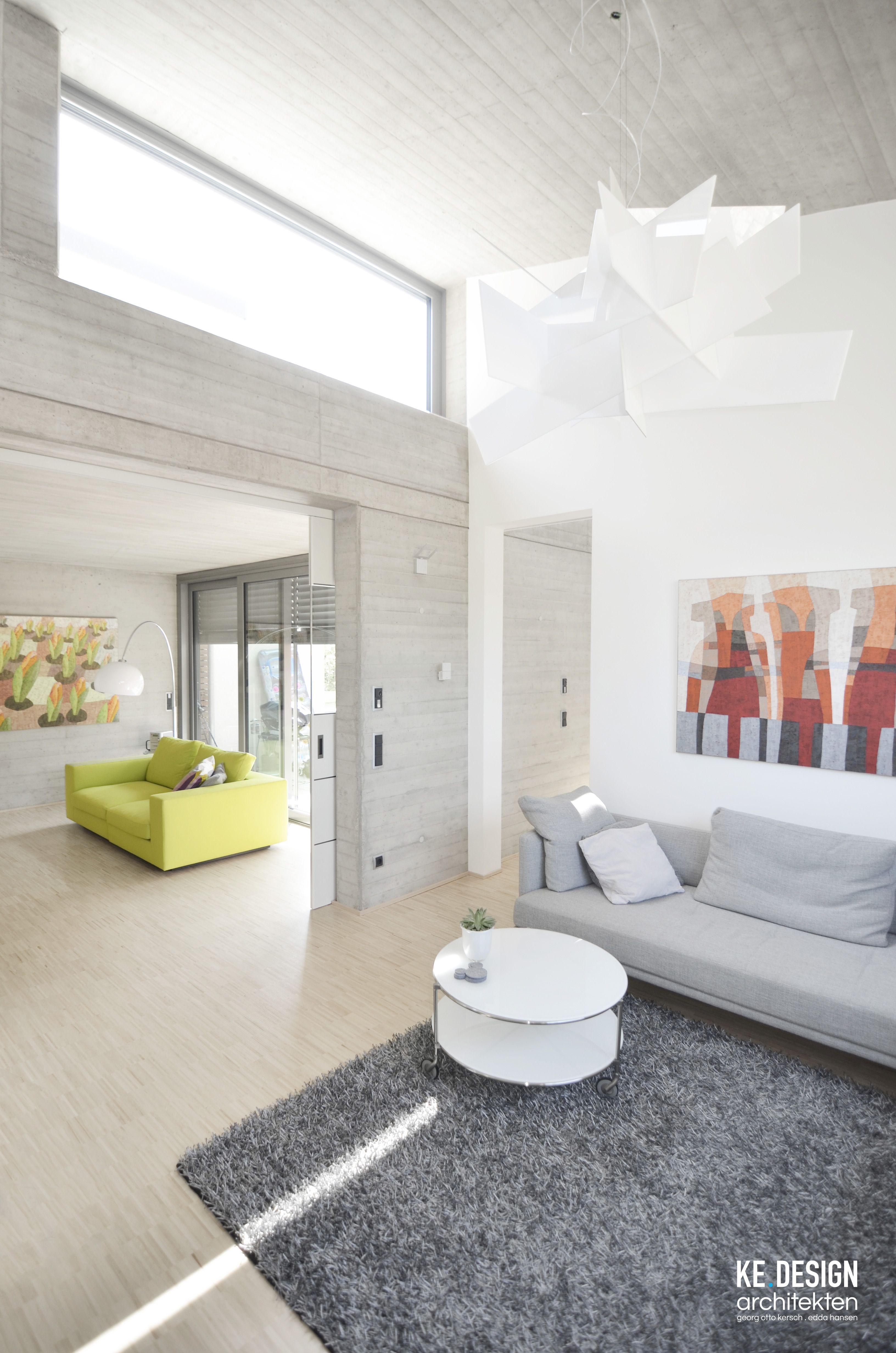 modernes Wohnen - Sichtbeton in Brettschalungsoptik im Innenraum ...