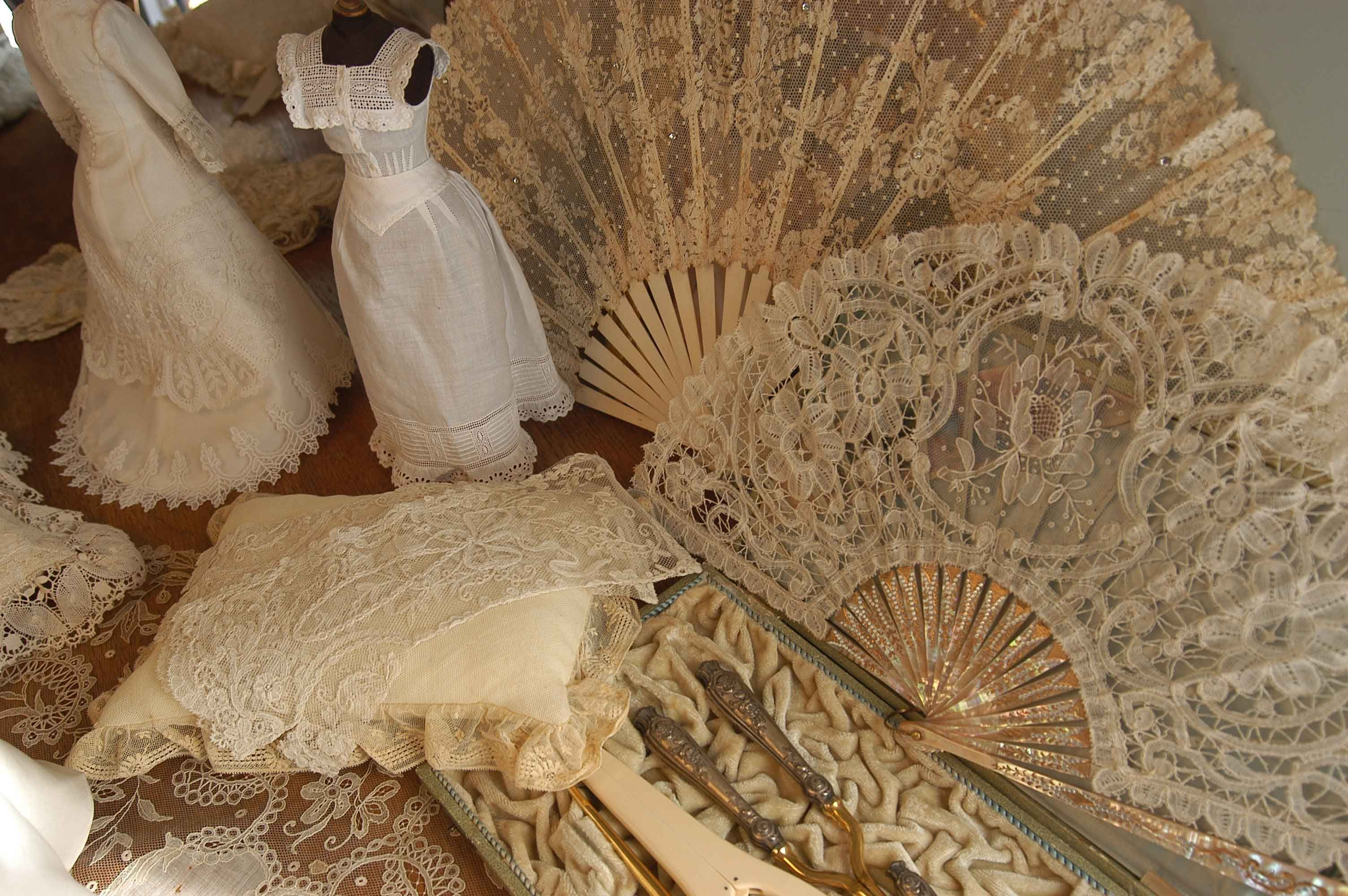 Old  lace fans from L'Arca . Brussels and Duchesses lace.Love it