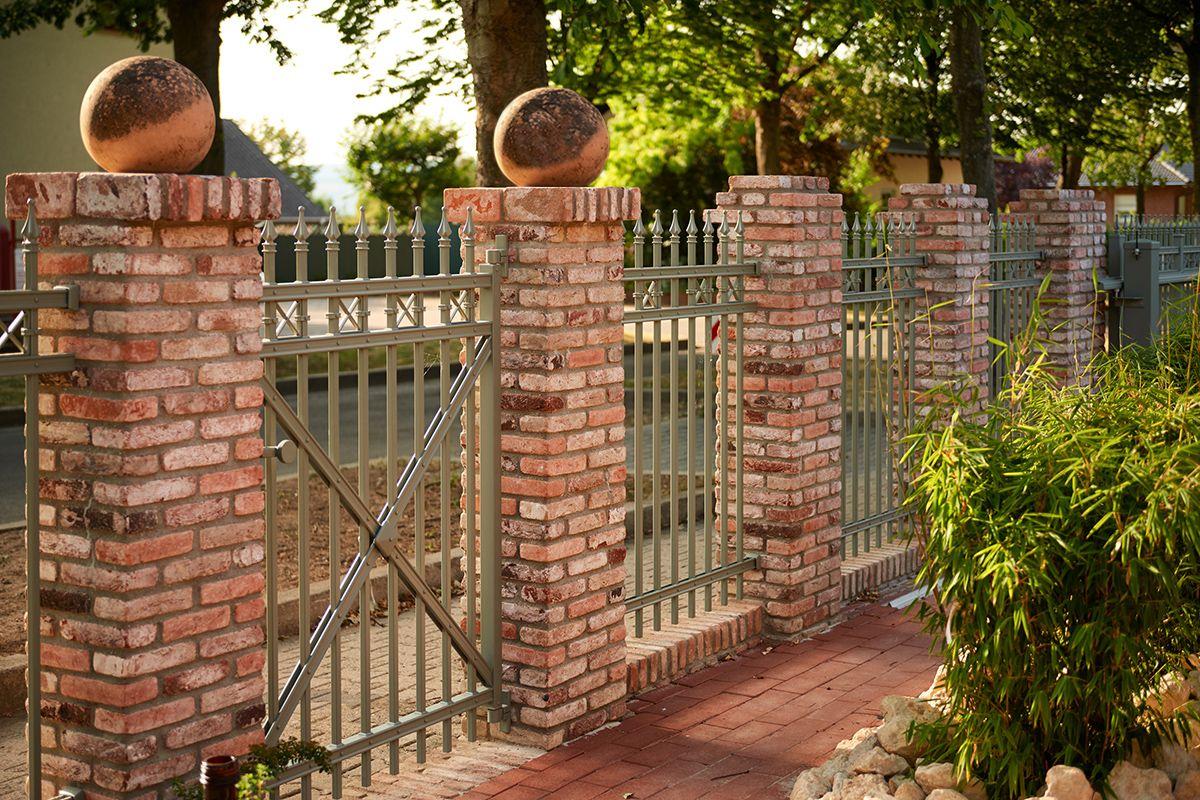 Auf Maß gefertigte Zaun und Türanlage Modell PRAG Natürlich aus