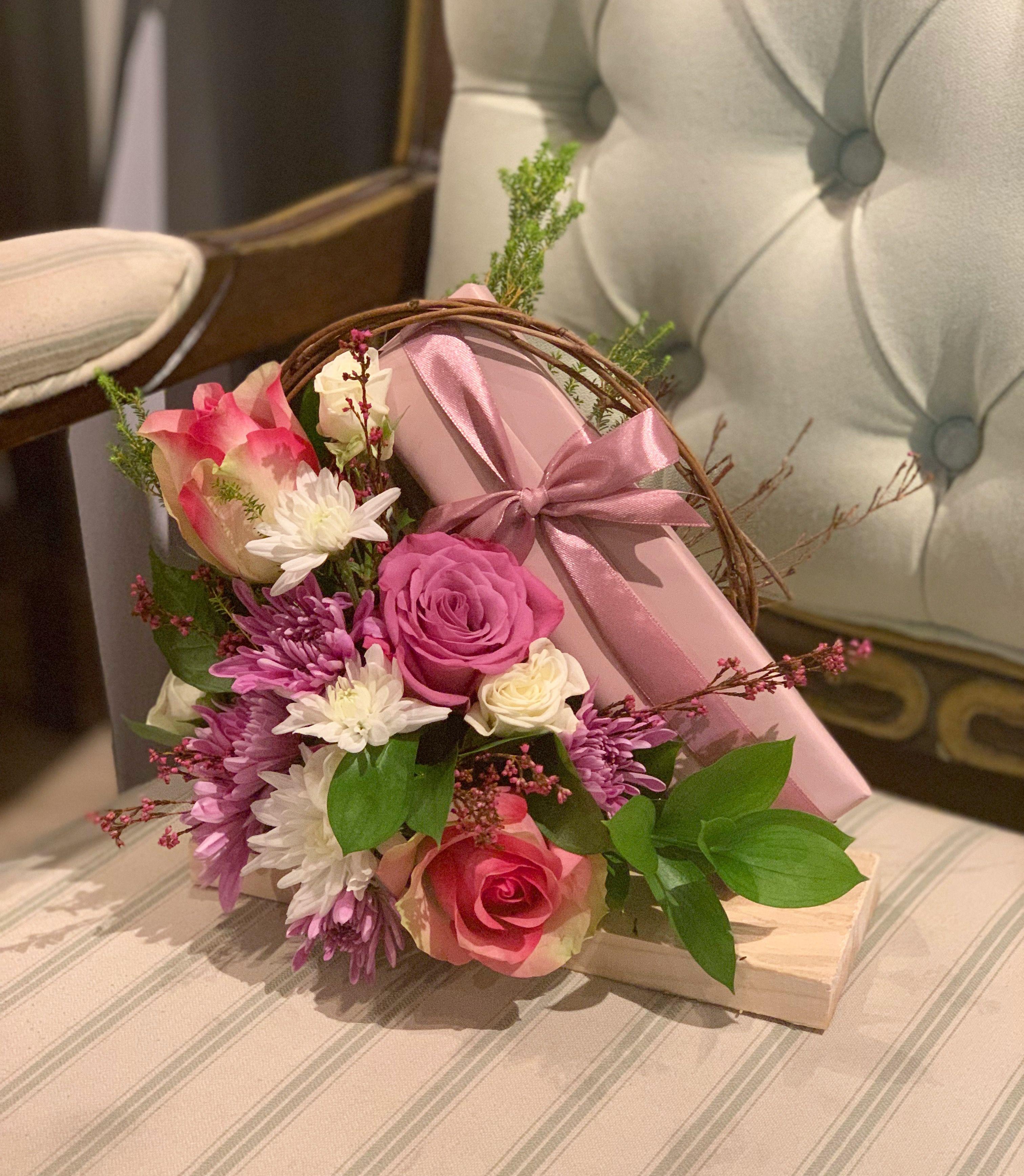 Gift Arrangement By Fiori Bahrain Bh Fiori Flowers Arrangement Wedding Gift Bouquet Arranjosflorais Roses Flowers Bouquet Table Decorations Flowers