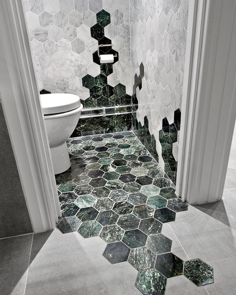 4x tips voor de veelzijdige hexagontegels roomed furniture two color hexagonal tiles transitioning from floor to wall dailygadgetfo Images