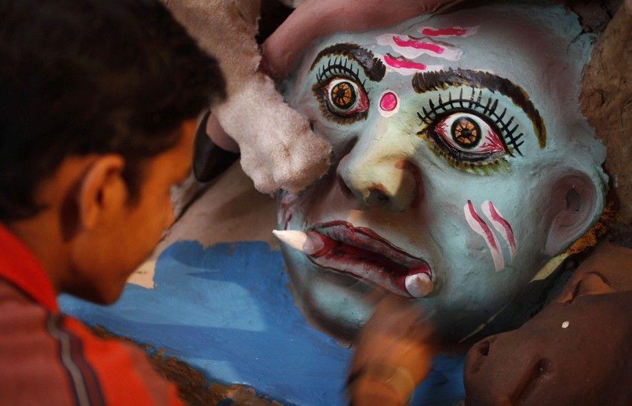 A menos de duas semanas para o Festival Durga Puja, que será realizado em Allahabad, na Índia, artista cuida dos retoques finais da máscara que criou do demônio Asura - http://epoca.globo.com/tempo/fotos/2013/09/fotos-do-dia-30-de-setembro-de-2013.html (Foto: AP Photo/Rajesh Kumar Singh)