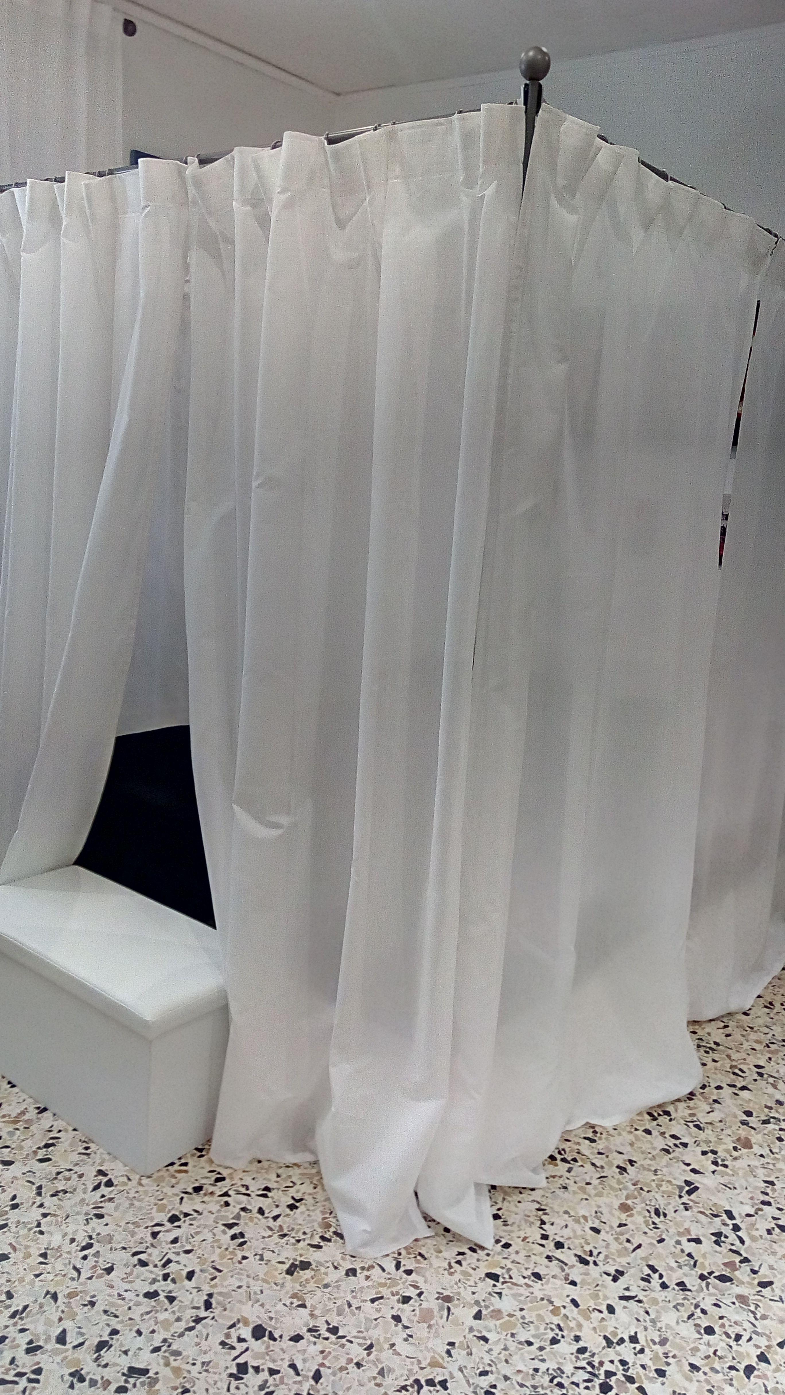 La mia camera da letto. Il mio letto a baldacchino. Tende bianche ...