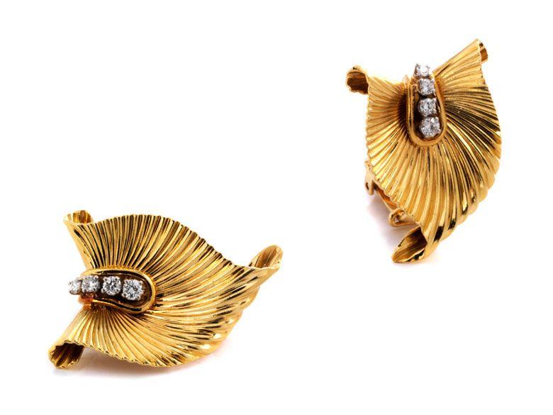 Länge: ca. 2,5 cm. Breite: ca. 2 cm. Gewicht: 14,2 g. GG 750. Um 1940. Dekorative Ohrclipse in stilisierter Blattform mit kleinen Brillanten, zus. ca. 0,4 ct....