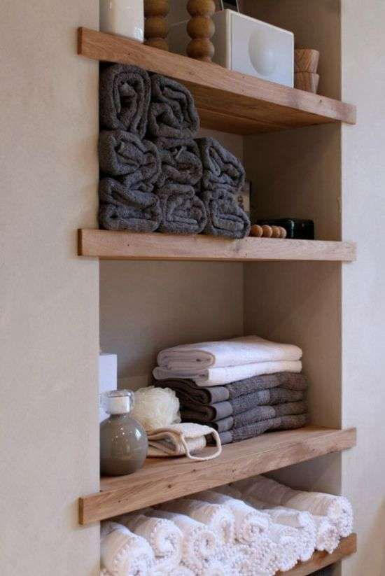 Come arredare il bagno in stile naturale - Mensole in legno chiaro ...