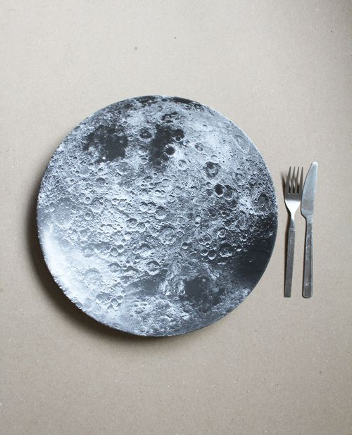 moon plate on pour mon ptit monstre qui trippe sur la lune p c ramiques pinterest. Black Bedroom Furniture Sets. Home Design Ideas