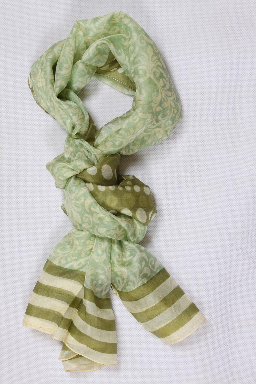 Chèche kaki 100 % soie avec un imprimé fleurs de cachemire, pois et rayures b33bd4900a1
