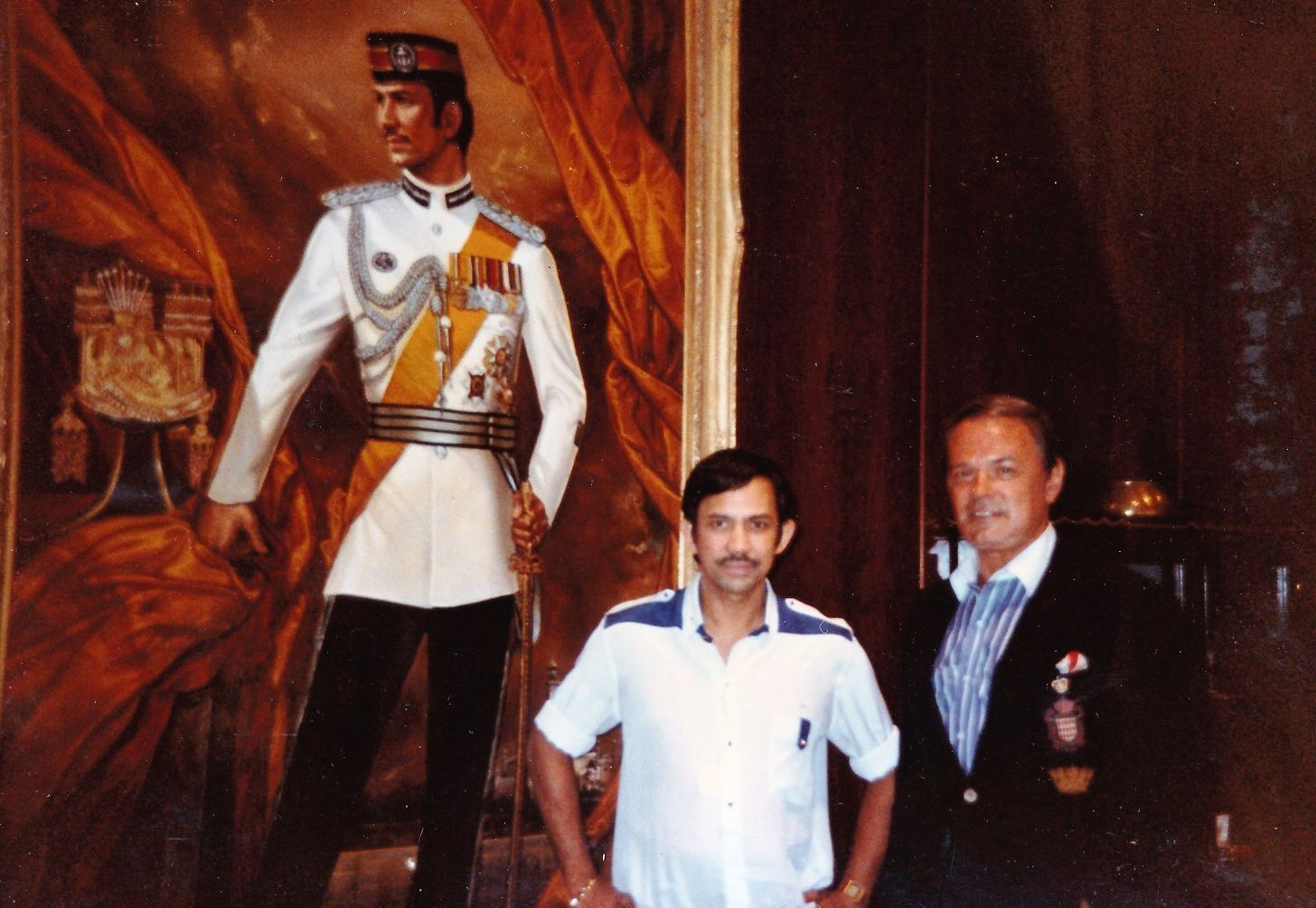 hm sultan hassanal bolkiah brunei poses with his family