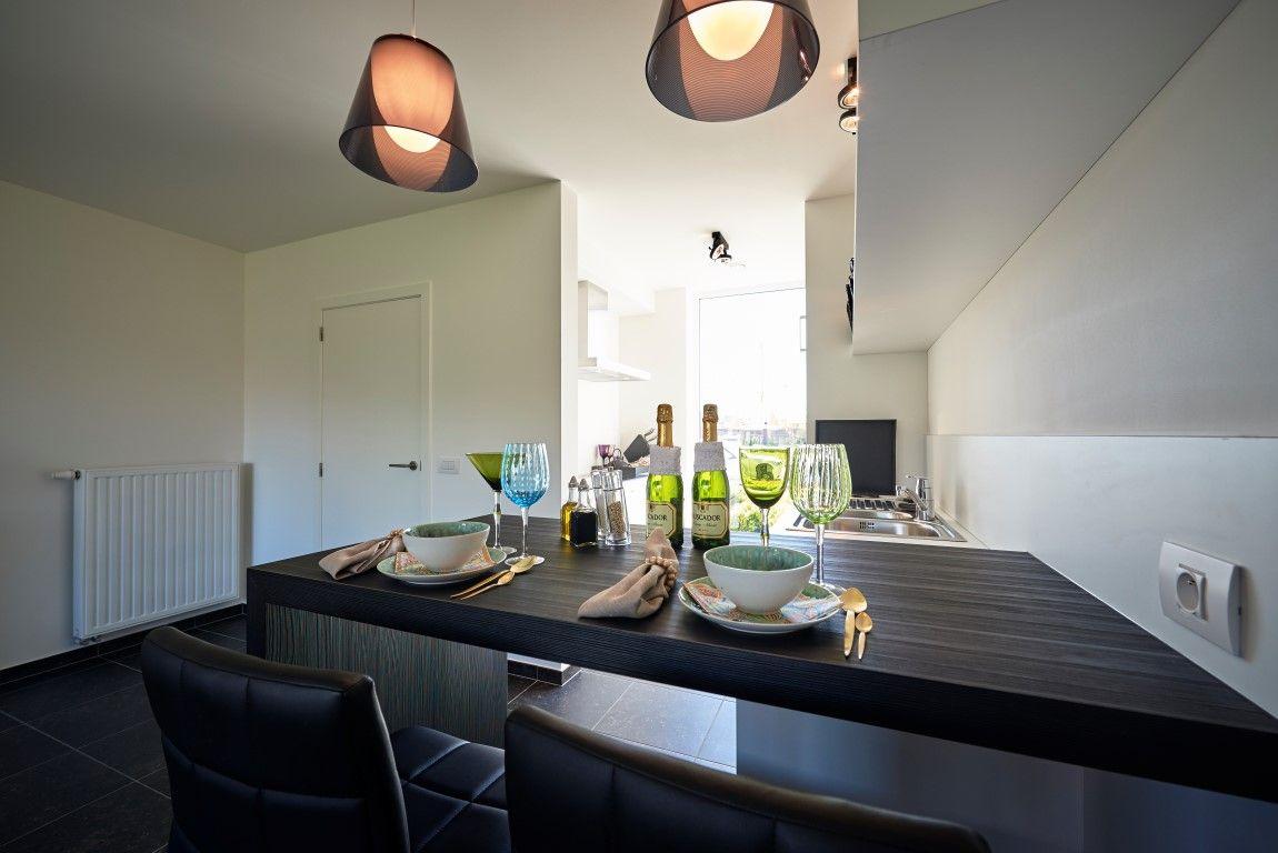 Eetmeubel met hoge stoelen tussen keuken en living leuk for Stoelen keuken