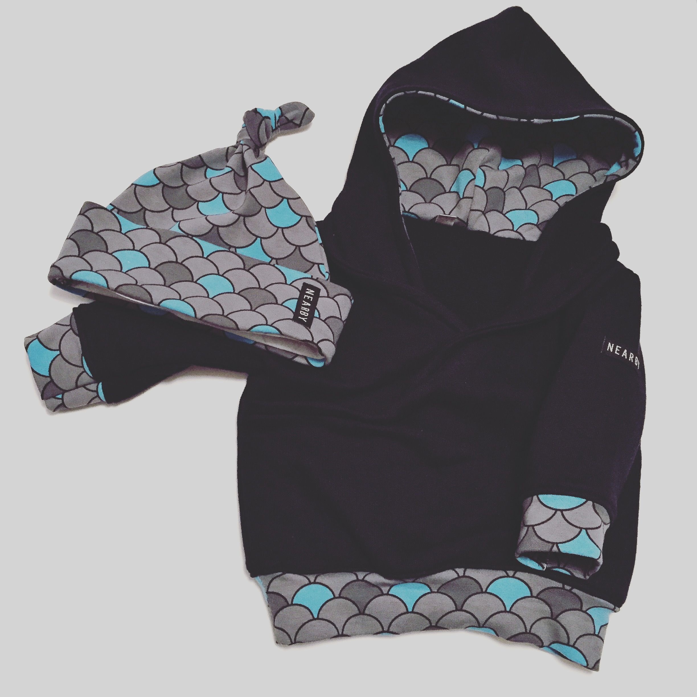 I made another mini hoodie. Just love this free pattern! This time ...