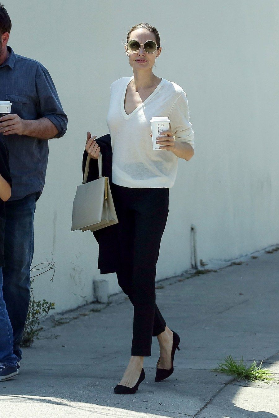The Academy Award Winning Actress Angelina Jolie Stepped Out With A Polished Yet Unfussy Approach Angelina Jolie Style Kitten Heels Outfit Black Kitten Heels