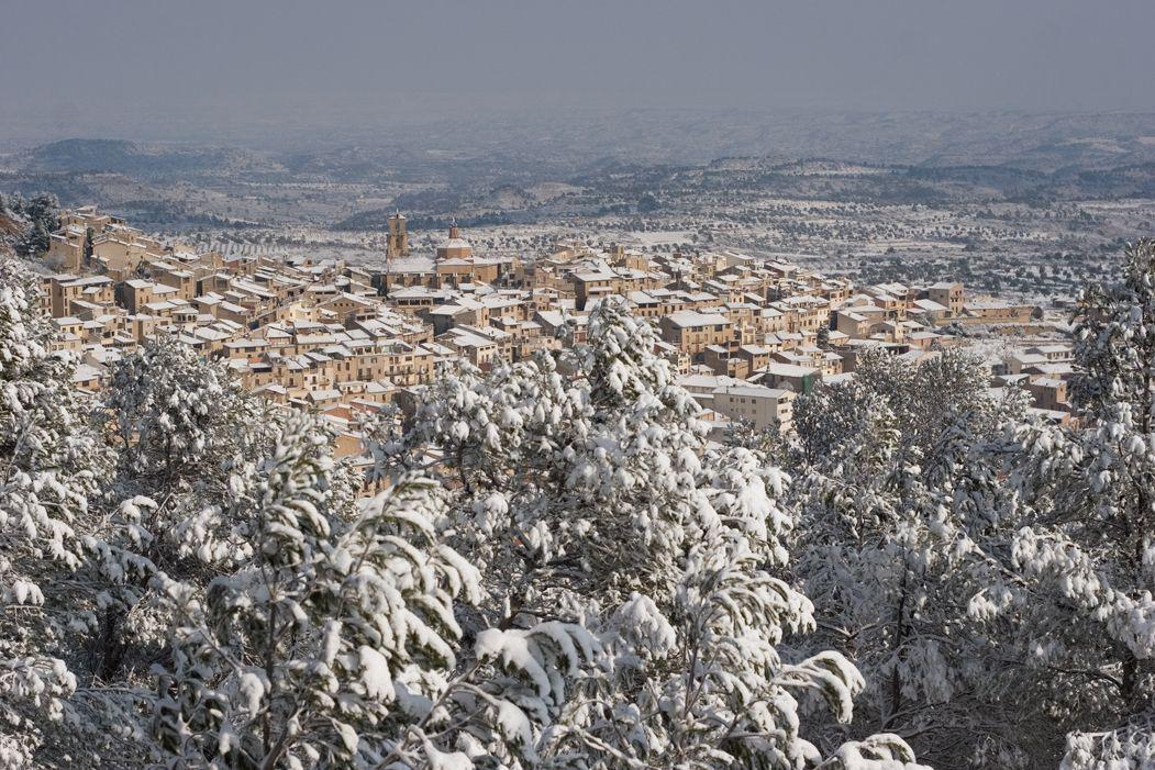 despertarse y ver Calaceite cubierto de nieve mientras todavía quedan algunas brasas en la chimenea...
