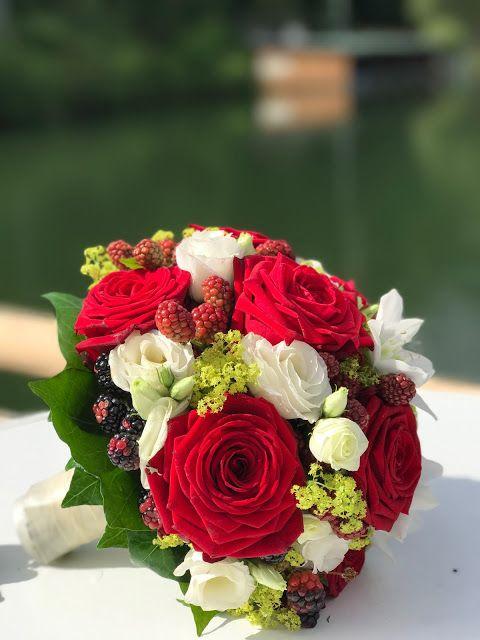 Brautstrauss Mit Rosen Und Beeren Bunte Sommerblumen Hochzeit Am See