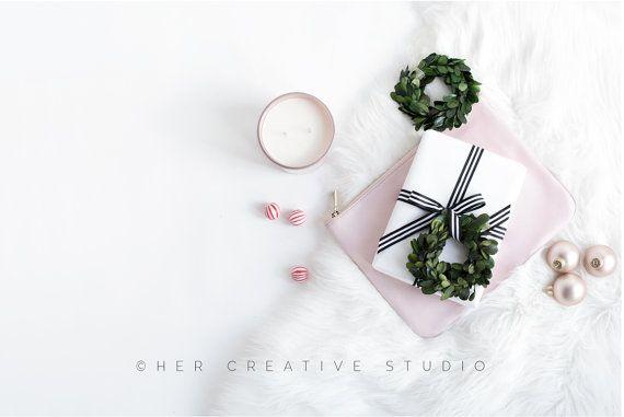 Stock Bild Stil | Weihnachtsgeschenk, erröten Kupplung & Kerze Flatlay | Weihnachten-Fotografie | Urlaub Stil Bild