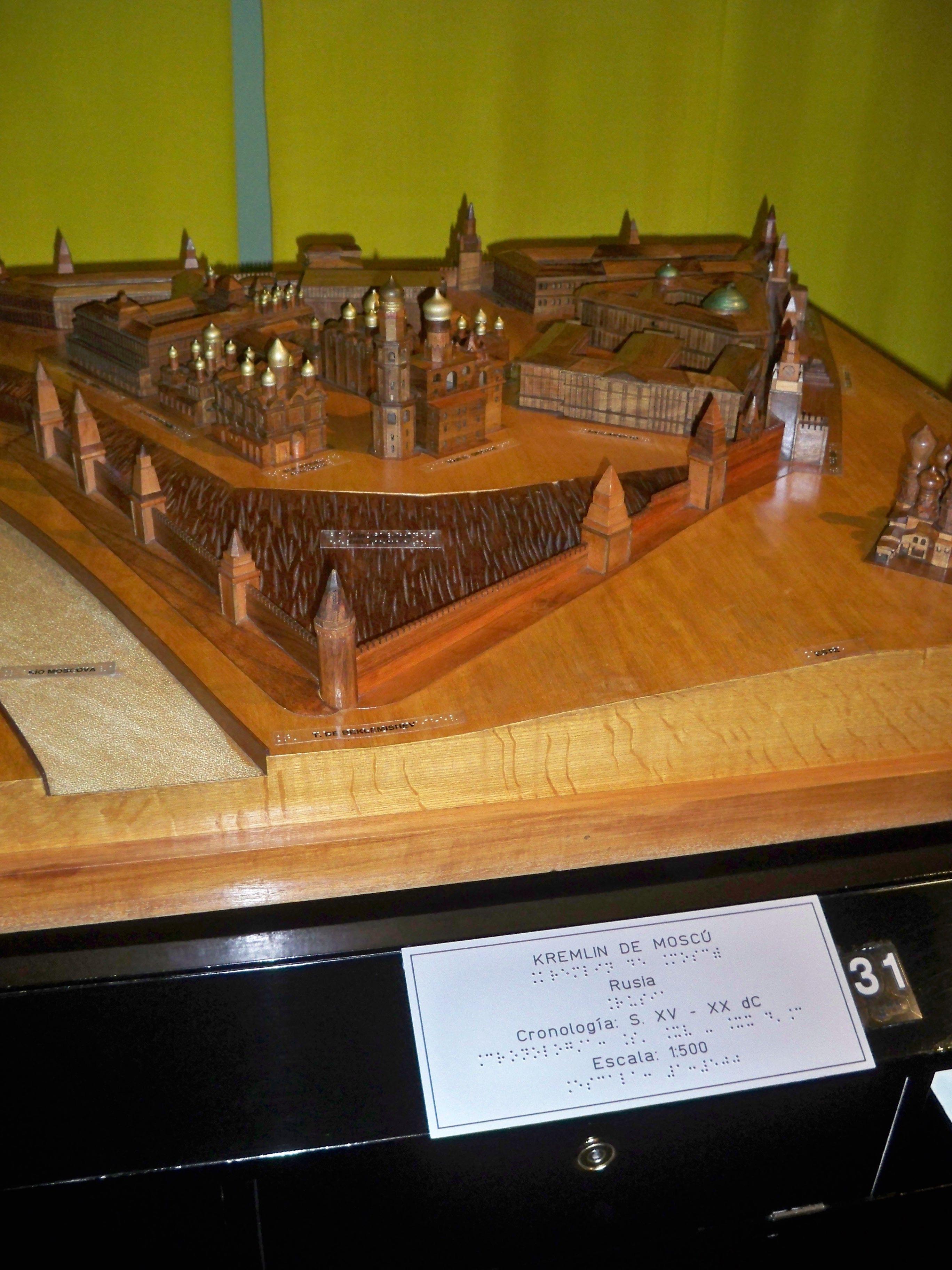 Visita del Curso de Teleasistencia, maqueta del Kremlin en el museo teflologico.