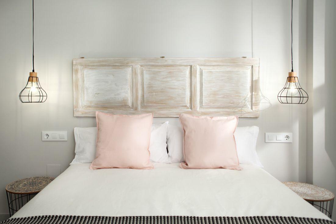 dormitorio romntico chic idea cabecero de cama realizado con puerta rstica decapada