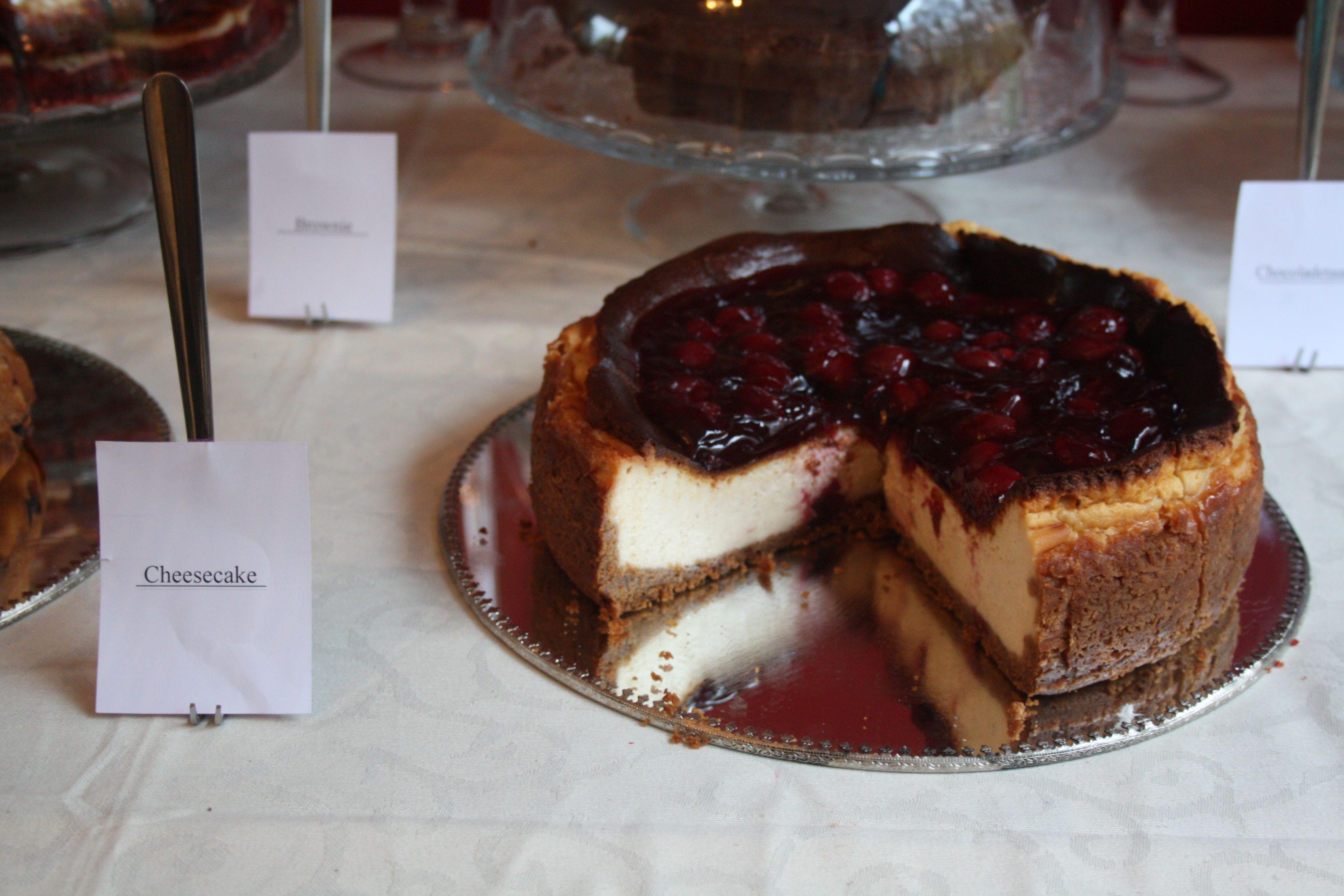 De New York Cheesecake met kersen.