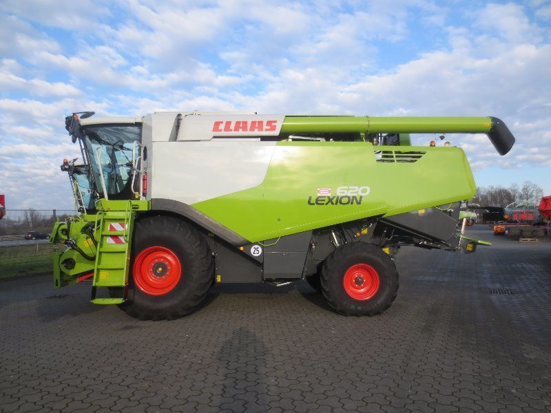 Combine Harvester Claas Lexion 620 Combine Harvester Harvester Farm Equipment