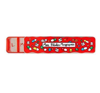Cosa c'è di più deprimente e sciapo del classico porta-medicine settimanale?  Ecco. Questo merita un premio già solo per la creatività. http://en.dlp-paris.com/products/pills-box-7-comp-magiques-red