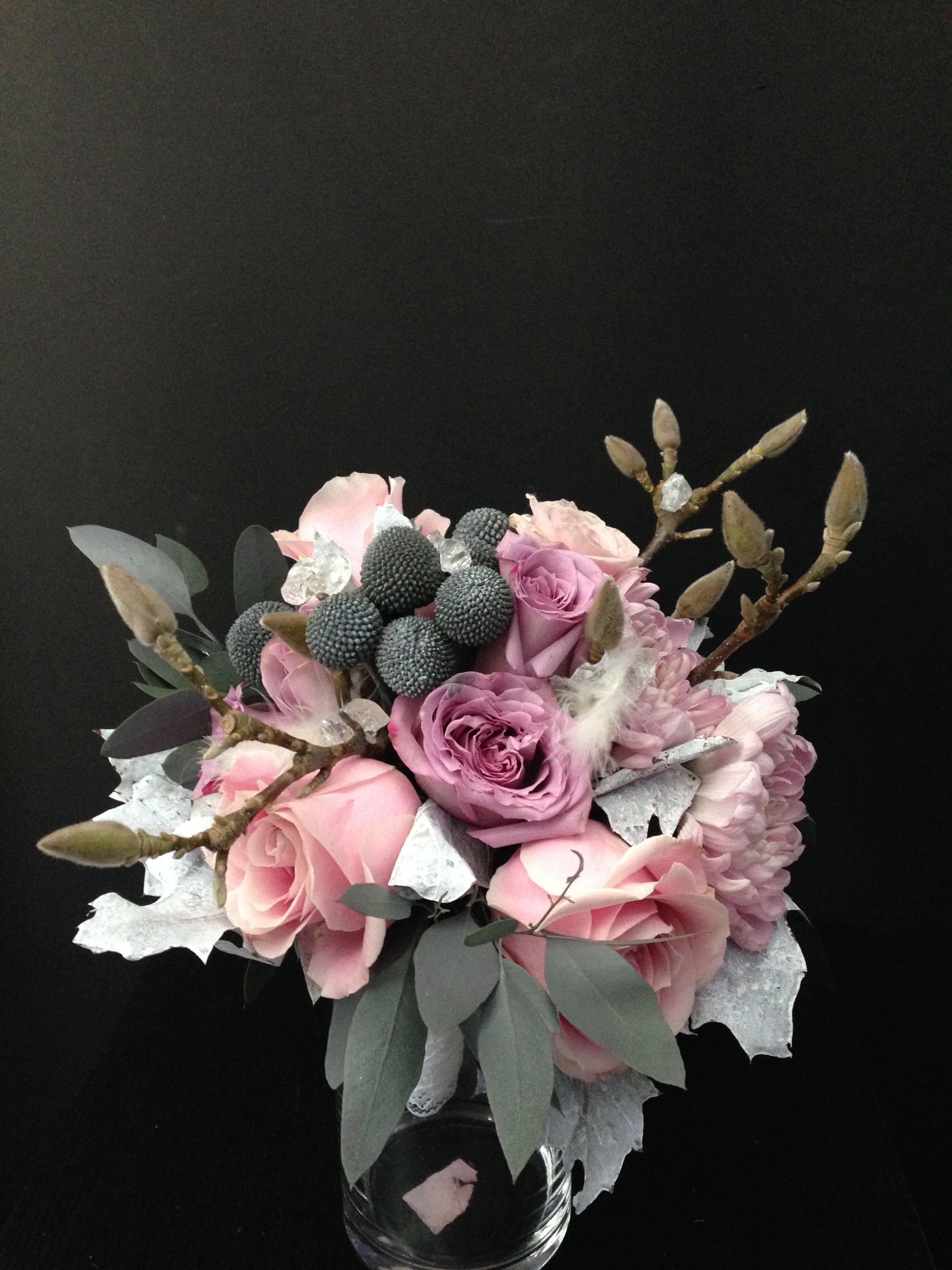 Bouquet de mariée avec de la roses, magnolias,shamrock,asclépias,eucalyptus,glaçons et plumes Wedding bouquet by turquoisefleurs
