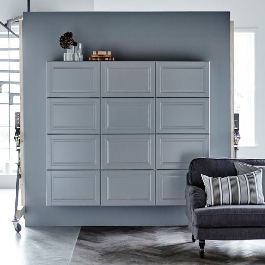 Pensili METOD grigi su una parete grigia, dietro a un divano - IKEA ...