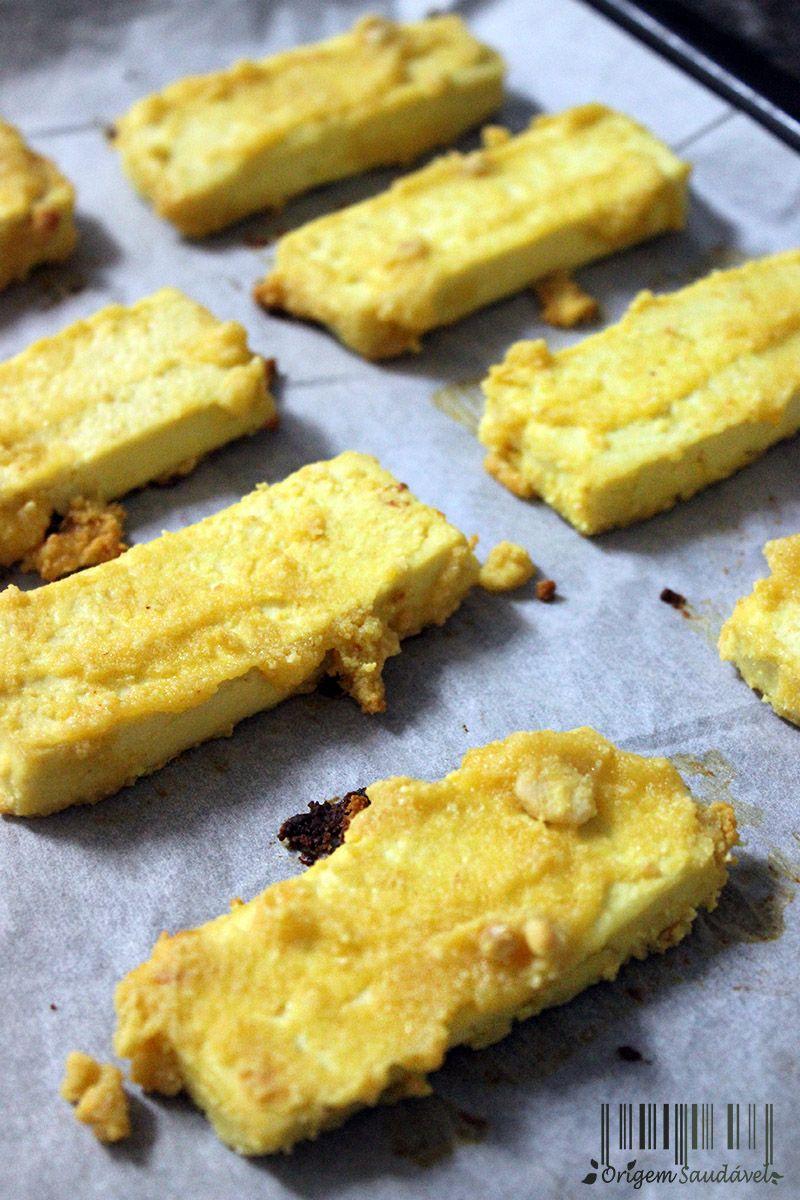 Os palitos de tofu assados envolvidos no molho de amendoim, são uma ótima alternativa aos panados de carne ou peixe! Mais proteína, menos gordura! #vegan #tofu #sticks #peanutbutter #oven