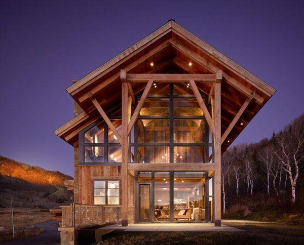 Situata ad Elkins Meadow , vicino a Steamboat Springs, Colorado, USA, questa bella casa in legno completa di sorprendenti elementi di modernità sembra regnare sul paesaggio. Progettata dallo studio Architects Robert Hawkins.