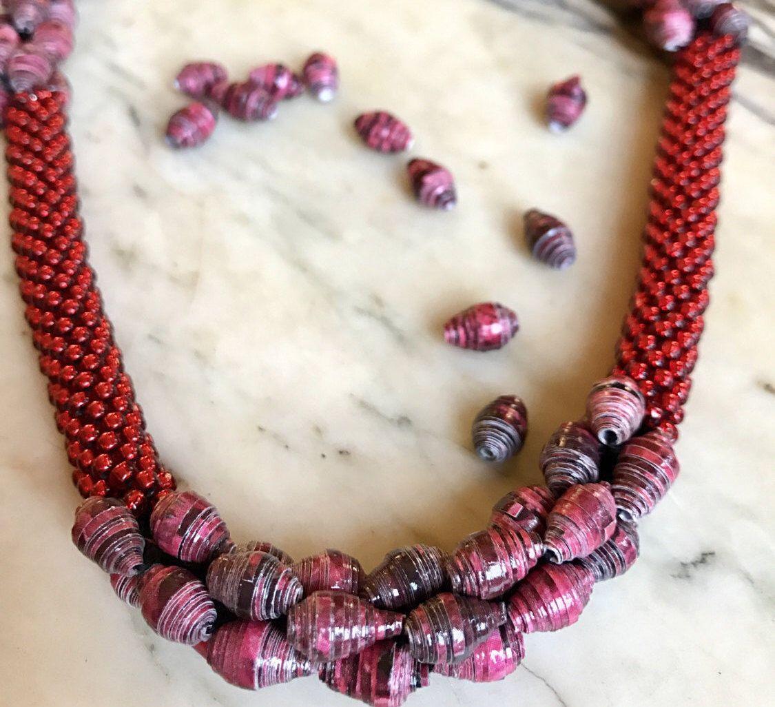Elegante collana rossa realizzata con perline giapponesi Toho rosso rubino e perline di carta riciclata rosse, gioielli artigianali di YouFeelGoodToday su Etsy https://www.etsy.com/it/listing/496683676/elegante-collana-rossa-realizzata-con