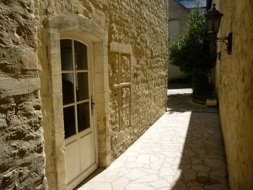 Studio Thiaumerie Bayeux Studio Thiaumerie offers accommodation in Bayeux.  The kitchenette is equipped with an oven, a microwave and a refrigerator, as well as a coffee machine. A TV is available. Other facilities at Studio Thiaumerie include a terrace.