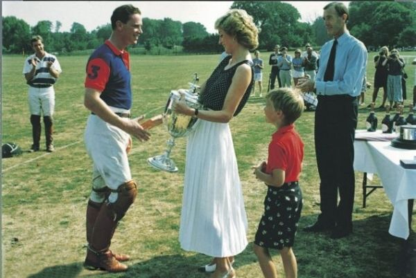 1989-08-06 Diana presents the Captains' and Subalterns' Cup to James Hewitt after a Polo Match at Tidworth in Wiltshire, while William looks on