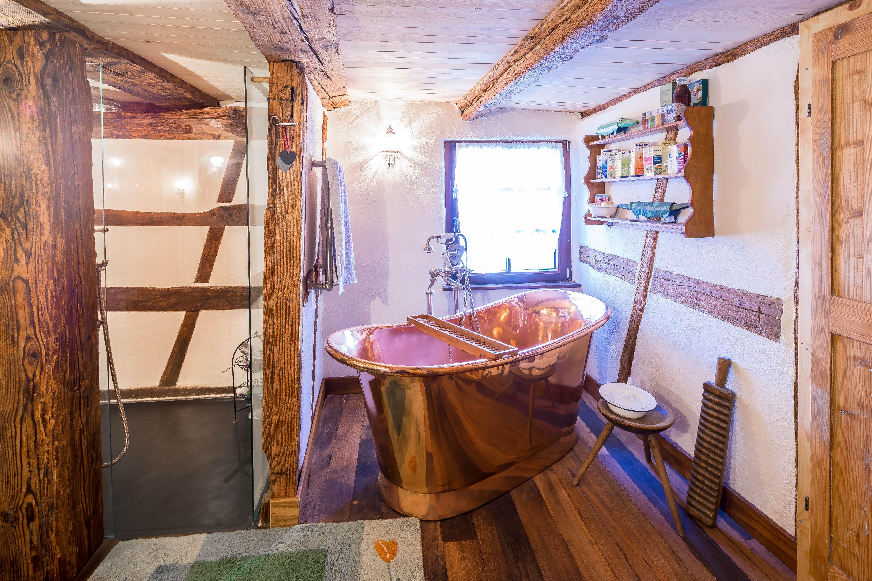 Echtes Altholz Rustikale Baustoffe Und Als Highlight Eine Freistehende Kupferbadewanne Aus Unserer Manufaktur La Badewanne Badezimmer Traditionelle Bader