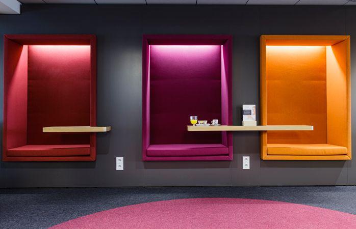 Die farbenfrohe Aspire Lounge im Flughafen Helsinki.