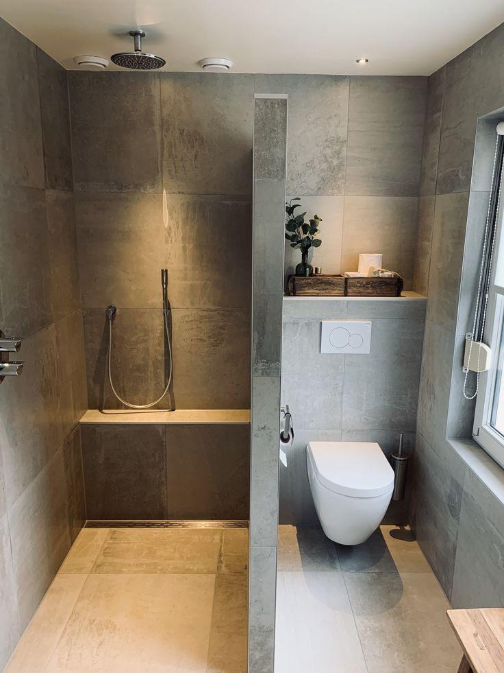 Photo of Komplettes Badezimmer mit modernem Aussehen von Beton und Sanitärfliesen Bad …
