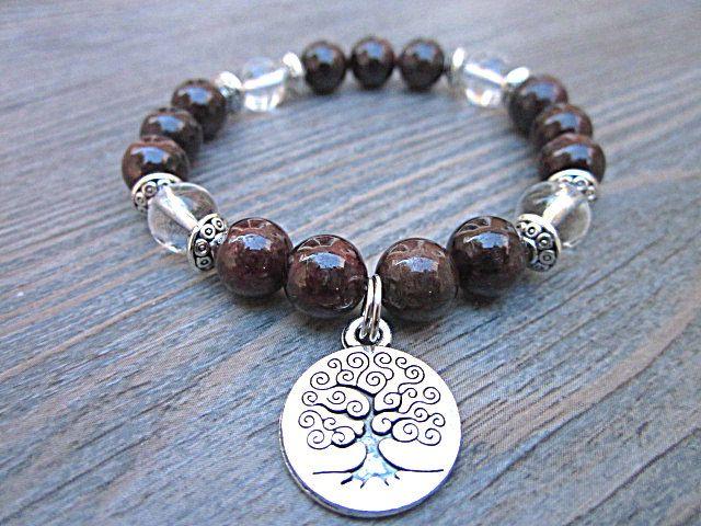 Bracelet fait de pierres fines de grenat, de quartz clair avec arbre de vie, yoga, buddha de la boutique BijouxDesignselect sur Etsy