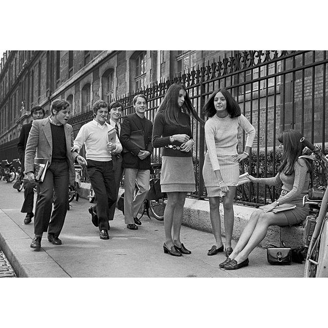 Un jour en #France - #1967 - L'arme anti #Peyrfitte ministre de #DeGaulle qui veut interdire le port de la #minijupe dans les écoles. Une bande inférieure rallonge la jupe le temps des cours et à la sortie hop! On l'enlève! Photo: Jean-Claude Deutsch / #ParisMatch - Plus d'#archives sur @parismatch_vintage #blackandwhite #bnw #monochrome #instablackandwhite #monoart #insta_bw #bnw_society #bw_lover #bw_photooftheday #photooftheday #bw #instagood #bw_society #bw_crew #insta_pick_bw…