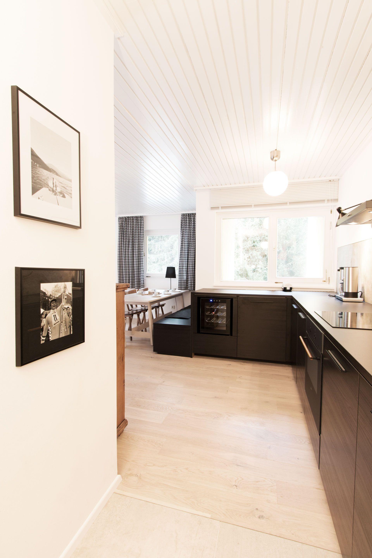 black kitchen in holiday apartement bergwaldstudio Bad ...